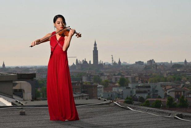 Coronavirus, violinista sul tetto dell'ospedale di Cremona: l'esibizione è indimenticabile
