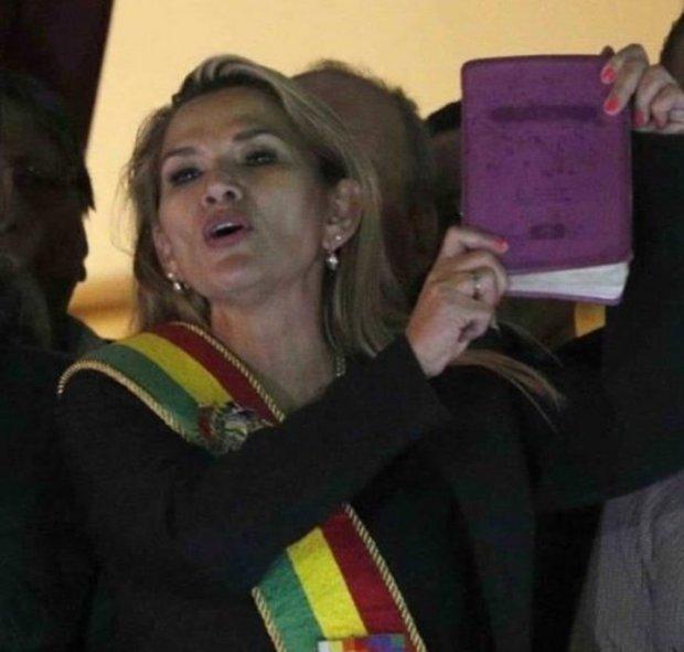 Jeañine Añez con la bibbia in mano all'entrata al Palazzo Bruciato il giorno in cui si è autoproclamata presidente